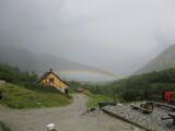 Fototapeta Tęcza - dom na tle tęczy w górach