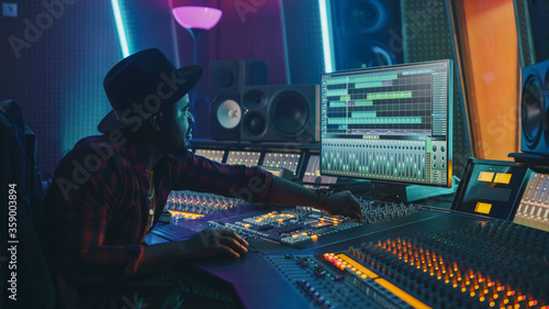 Stylish Audio Engineer / Producer Working in Music Record Studio Canvas-taulu