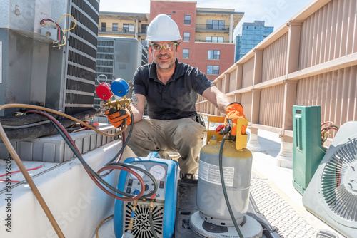 Happy HVAC technician recovering refrigerant Fotobehang