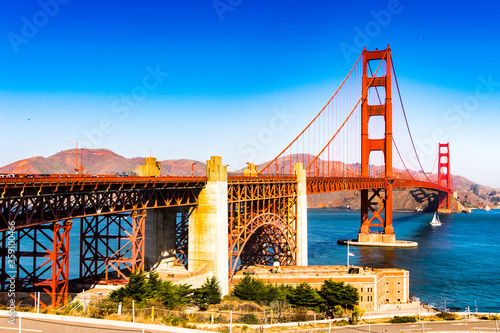 Obraz na plátně It's Golden Gate Bridge between San Francisco Bay and the Pacific Ocean, San Fra