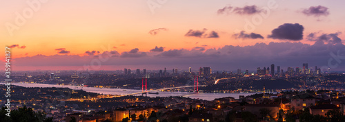 Fotografía Bosporus Bridge in the skyline of Istanbul, sunset sky view, Turkey