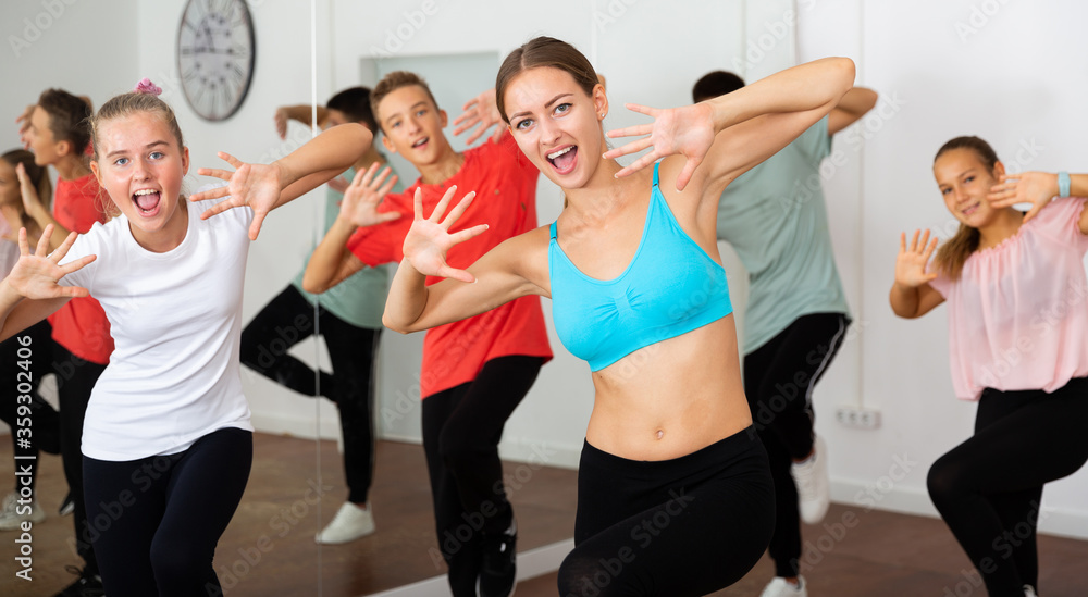 Fototapeta Teenagers participating in dance class with teacher