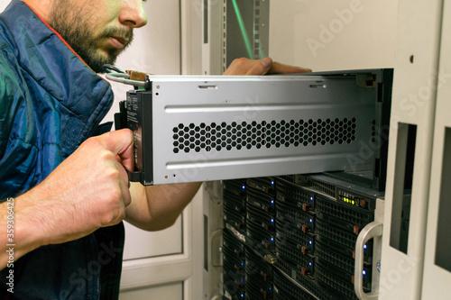 Fotografía Maintenance of data center equipment