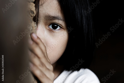 Fotografia Little girl with eye sad and hopeless