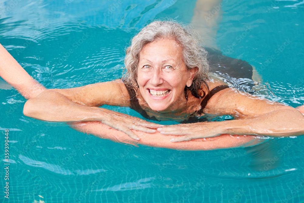 Fototapeta Vitale Senior Frau lernt schwimmen
