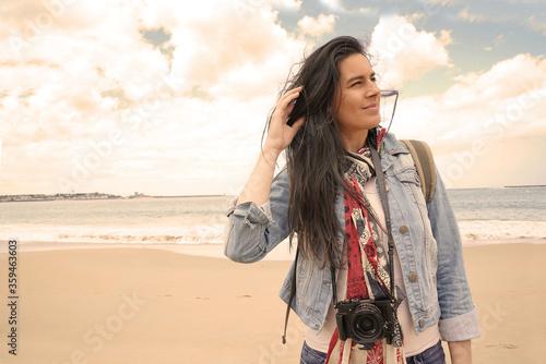 Fotografia, Obraz trendy dark-haired woman standing by the beach