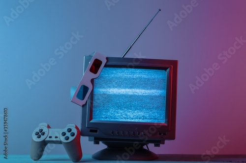 Tablou Canvas Antenna old-fashioned  tv receiver with anaglyph stereo glasses, gamepad in pink blue gradient neon light