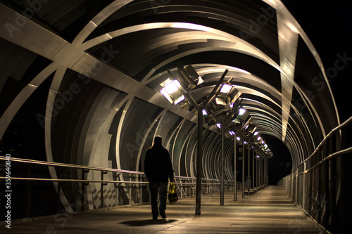 Photo Arganzuela Bridge illuminated on a spring night and Madrid Rio Park, Madrid, Spa