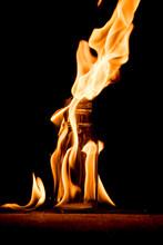燃焼している炎とガラ...