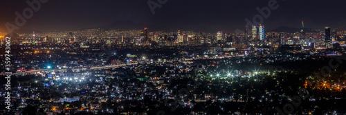 Panorámica nocturna de la Ciudad de México con avenida periférico y principales Wallpaper Mural