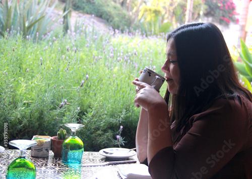 Photo mujer adulta latina bebiendo café desayuno en el jardín