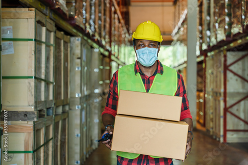 factory worker working with face mask to protect coronavirus covid-19 Fototapete