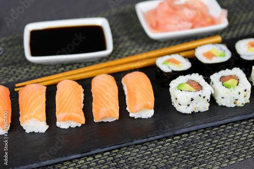 Fototapeta assiette de sushi et maki obraz