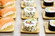 assiette de sushi et maki