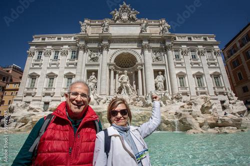 Photo Coppia di turisti anziani lancia una moneta nella fontana di Trevi a Roma