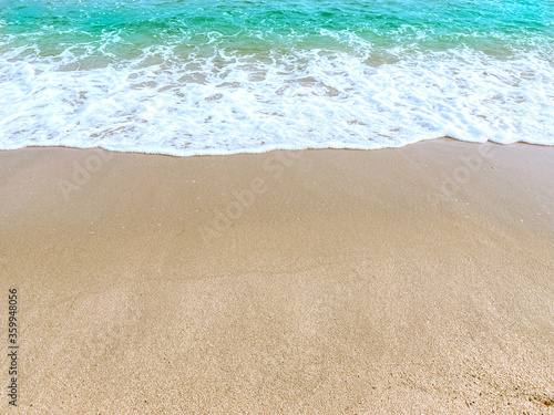 Photo The tropical beach has fine sand and waves washed ashore