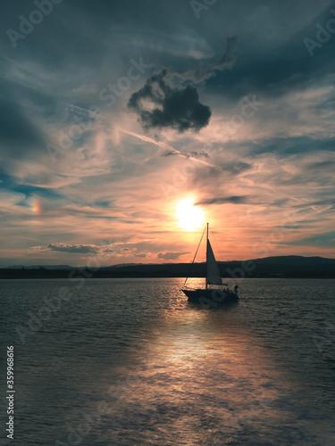voilier au couché du soleil sur mer calme Canvas Print