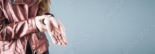 Photo woman hand in ache hand