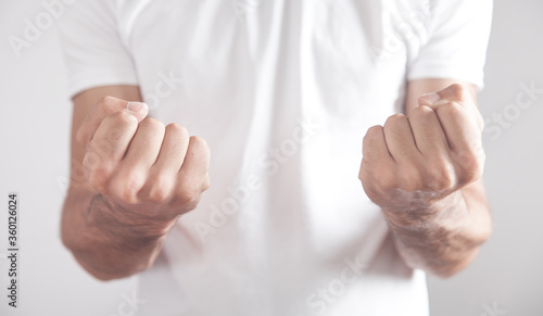 Fotomural Caucasian angry man threatening with fists.