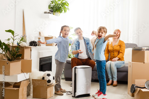 Photo family with an air purifier moving to a new apartment