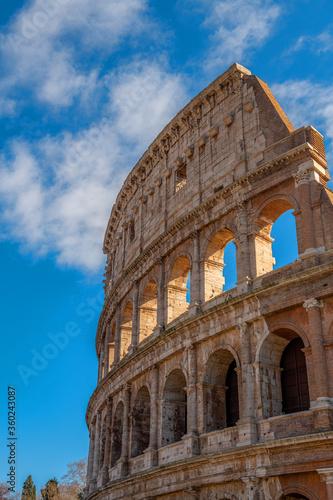 Photo Rzymskie Coloseum na tle błękitnego nieba