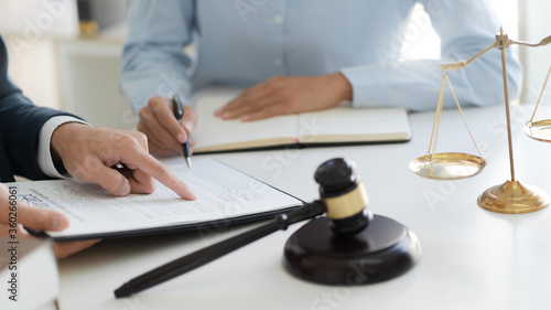 Fotografiet Lawyer consultant explaining to client with law suit.