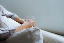 グラスを持つ女性の手...