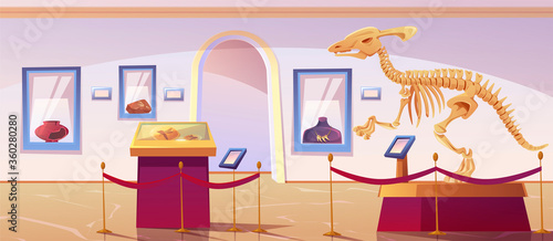 Photo Historical museum interior with dinosaur skeleton and archeological exhibits