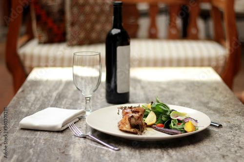 Obraz na plátně chef monta plato gourmet pollo al horno con ensalada frutas y vegetales vino tin
