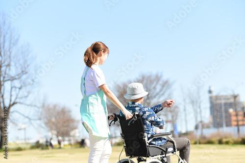 Fotografie, Obraz 車椅子を押す女性