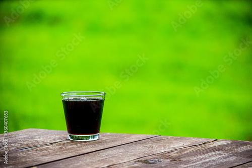 Obraz アイスコーヒー、コーヒー、coffee、 珈琲、icedcoffee、ブラックコーヒー、飲み物、夏、冷たい、爽やか、スッキリ、ドリンク、 グラス、 氷、ミルク、シュガー、 コーヒータイム、ソフトドリンク、 飲む、缶コーヒー、コンビニ、 焙煎、 香ばしい、 香り、 カフェイン、 喫茶店、 レストラン、夏イメージ、褐色、コーヒー色、 ブラウン、 美味しい、 素材、 ロック氷、休憩、  ティータイム、 - fototapety do salonu