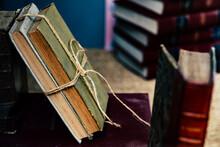 Pile De Livres Anciens Dans Une Librairie