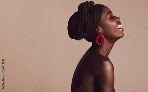 Obraz Fashionable african woman smiling on beige background - fototapety do salonu