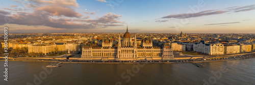 Foto Panorama aerial drone shot of Hungarian Parliament facade during Budapest sunset