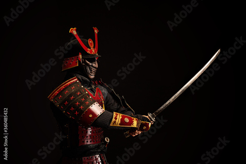 Photographie Portrait of a samurai in armor in attack position