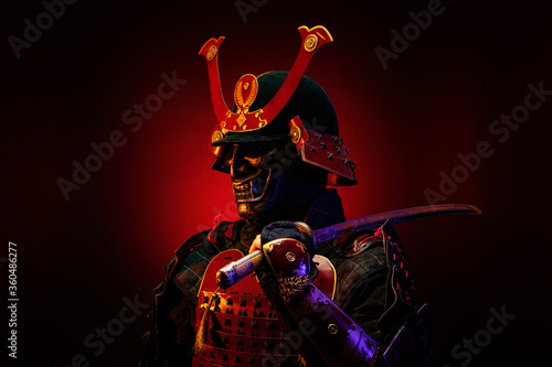 Fotomural Portrait of a samurai in red armor in profile, his katana on his shoulder