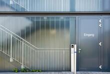 Glasfassade Und Eingangstür