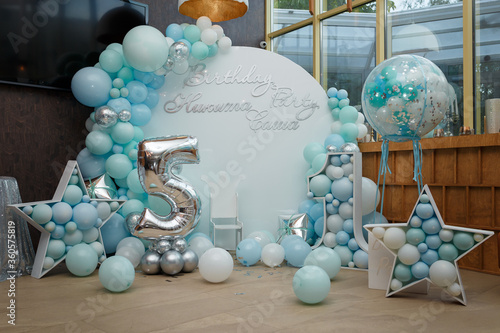 Cuadros en Lienzo Arch of blue balloons for boy happy birthday party