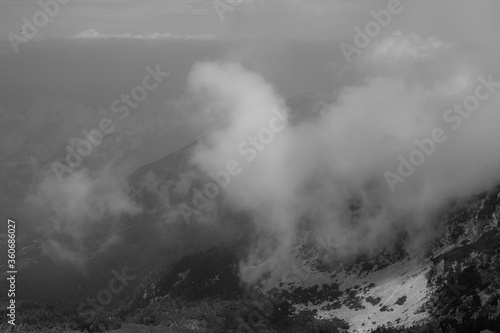 Zachmurzone góry krajobraz mroczny