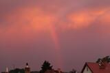 Fototapeta Tęcza - niebo  po  burzy  piękna  tęcza  nad  miastem