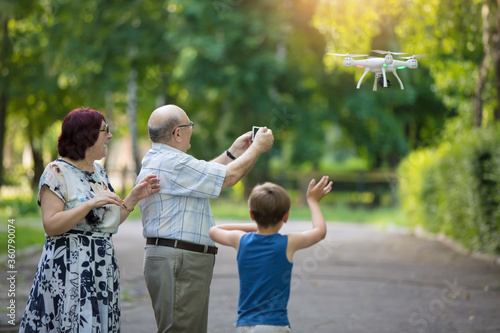 Photo Happy elderly couple with a grandson on a walk