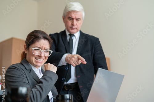 Photo The male boss indicates the female subordinate a mistake