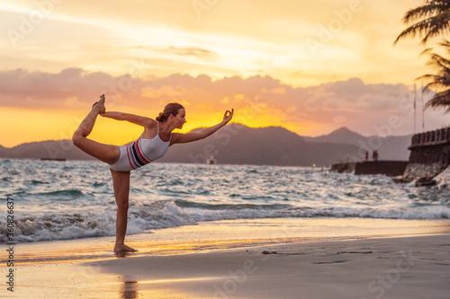 Fotomural Woman practices yoga at seashore