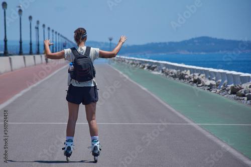 chica joven haciendo deporte con sus patines en linea y su mochila Canvas Print