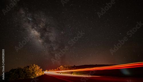 Photo Vía Láctea y el rastro de las luces de un coche.