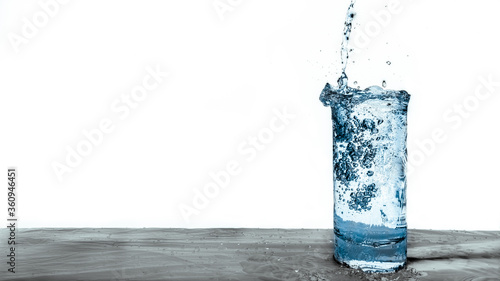 Photo Fresh Blue Water Pouring into a Clear Glass Natural Resource Wallpaper
