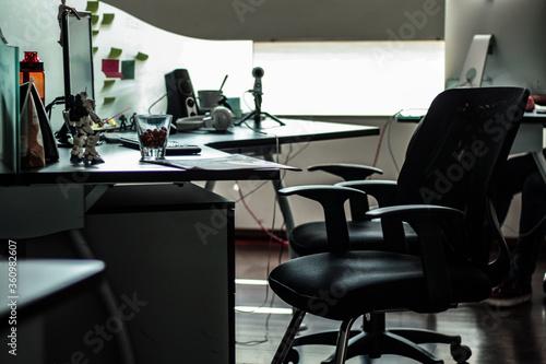 escritorio vacío con varios elementos y adornos Canvas Print