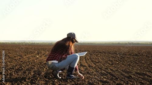 A farmer checks quality of soil before sowing Tapéta, Fotótapéta