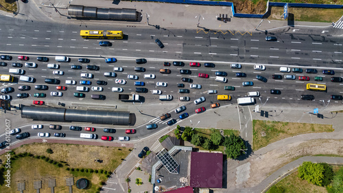Foto Aerial top view of road junction from above, automobile traffic and jam of many