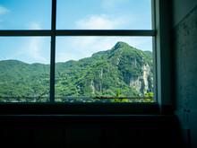 窓から見える山